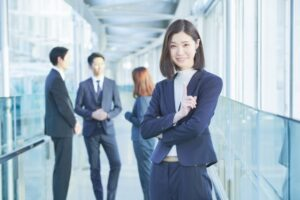 仕事をする女性の画像